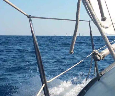 A caccia di vento a zonzo per il mare navigando per le Eolie Fontaine Pajot Saba 50 catamarano barca a vela
