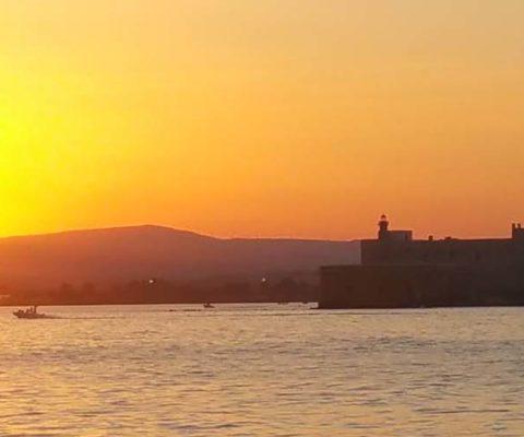 Portopalo Siracusa tramonto periplo Sicilia Fontaine Pajot Saba 50 catamarano barca a vela