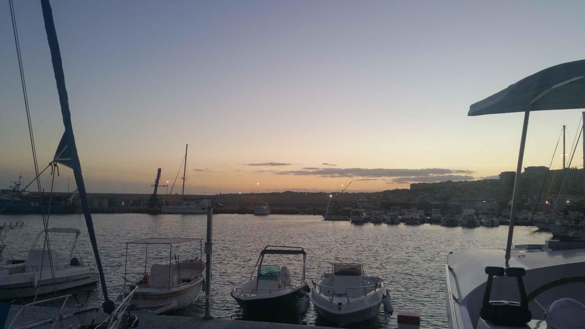 Sciacca porto tramonto periplo Sicilia Fontaine Pajot Saba 50 catamarano barca a vela