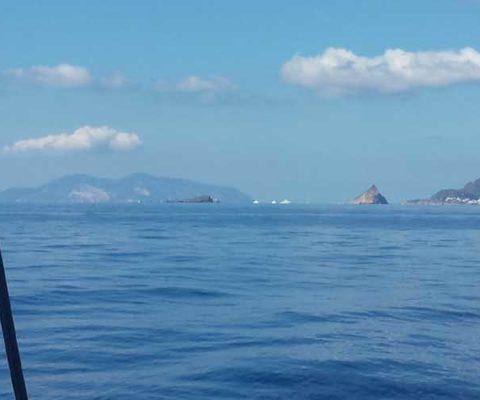 Stromboli Portorosa rientro navigando per le Eolie Fontaine Pajot Saba 50 catamarano barca a vela