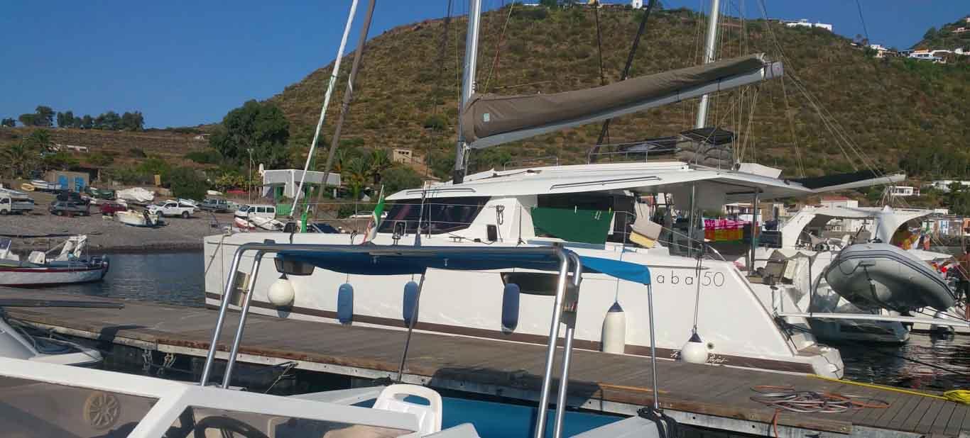 8 nodi vento 6 nodi velocità Cala Ignuda Filicudi Porto ormeggio navigando per le Eolie Fontaine Pajot Saba 50 catamarano barca a vela