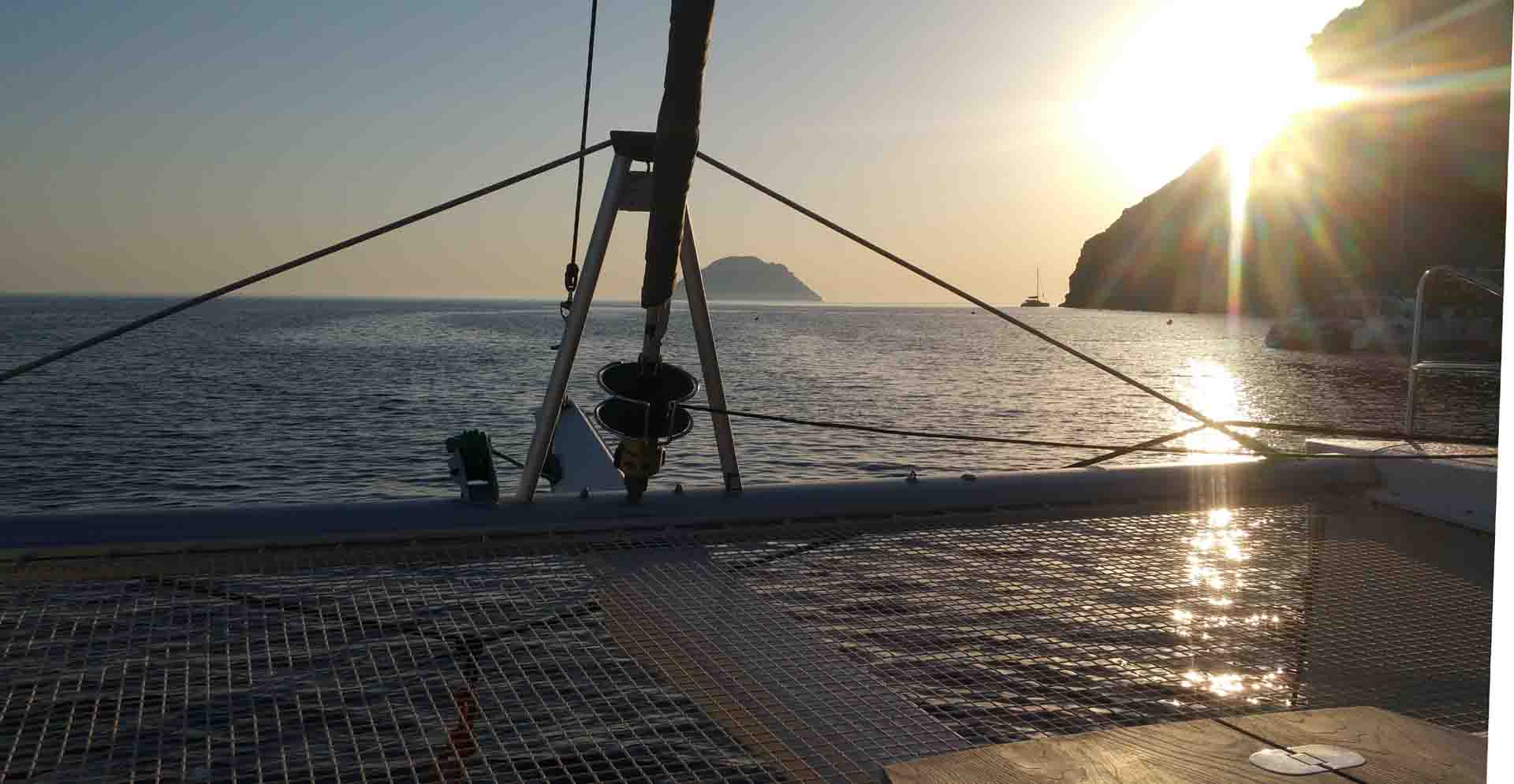 cucire vela Filicudi Porto Pignataro Pecorini rada navigando per le Eolie Fontaine Pajot Saba 50 catamarano barca a vela