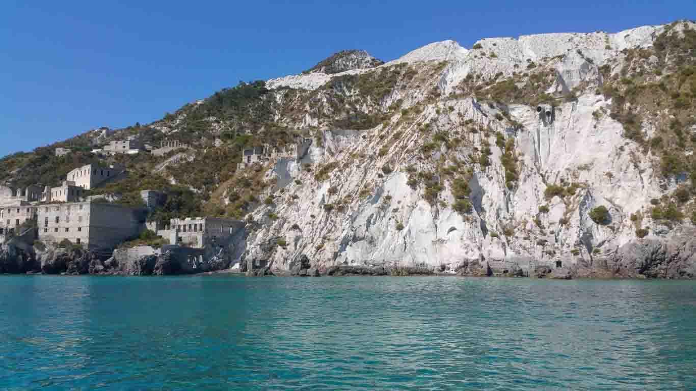 cucire vela Filicudi Porto Pignataro Pecorini Sabbie Bianche navigando per le Eolie Fontaine Pajot Saba 50 catamarano barca a vela