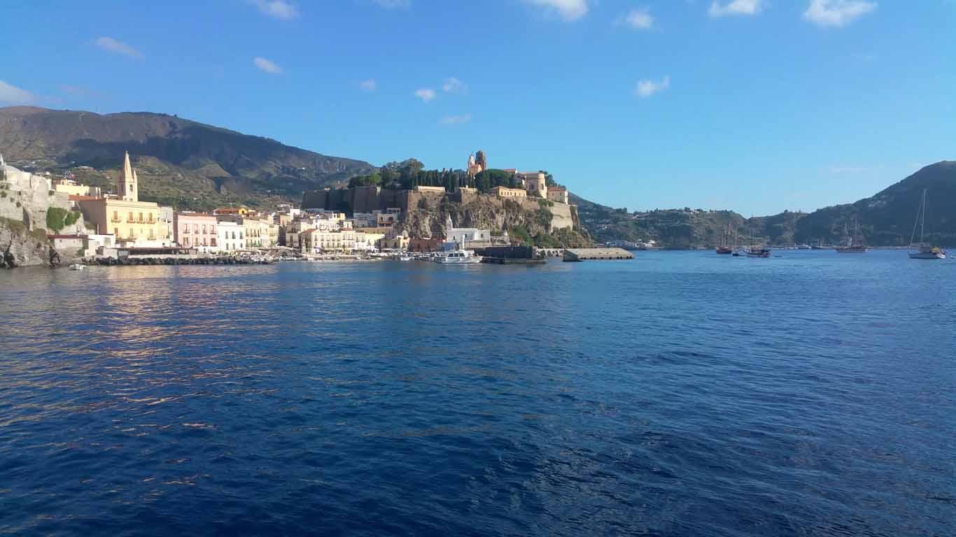 Finalmente si salpa Marina Corta navigando per le Eolie Fontaine Pajot Saba 50 catamarano barca a vela