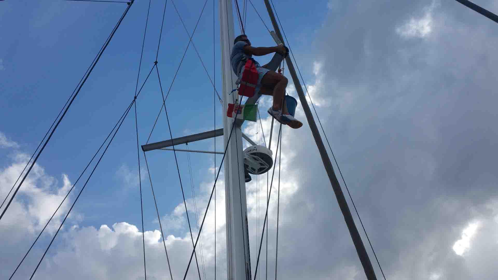 Salita in testa albero lavori manutenzione navigando per le Eolie Fontaine Pajot Saba 50 catamarano barca a vela