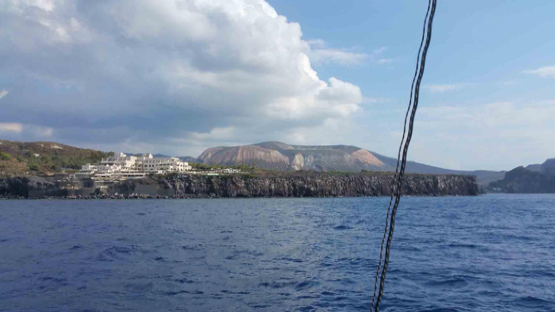 Portorosa Vulcano porto navigando per le Eolie Fontaine Pajot Saba 50 catamarano barca a ve