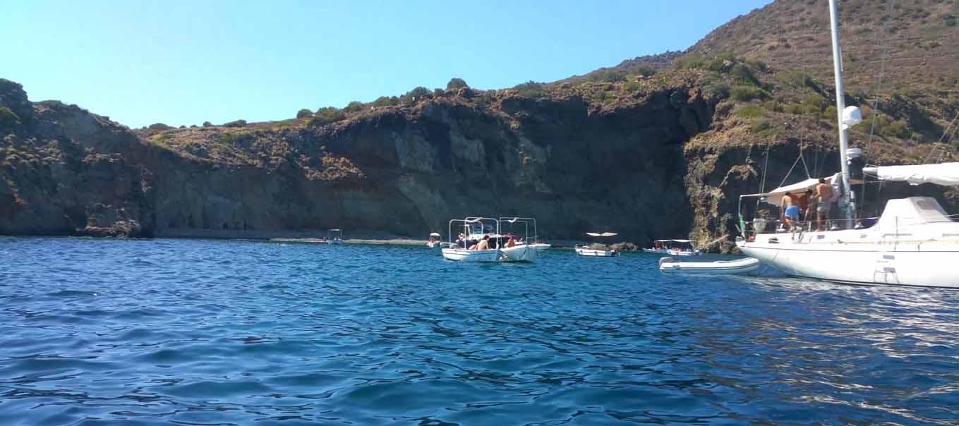 Si può arare anche il mare Marina Corta navigando per le Eolie Fontaine Pajot Saba 50 catamarano barca a vela